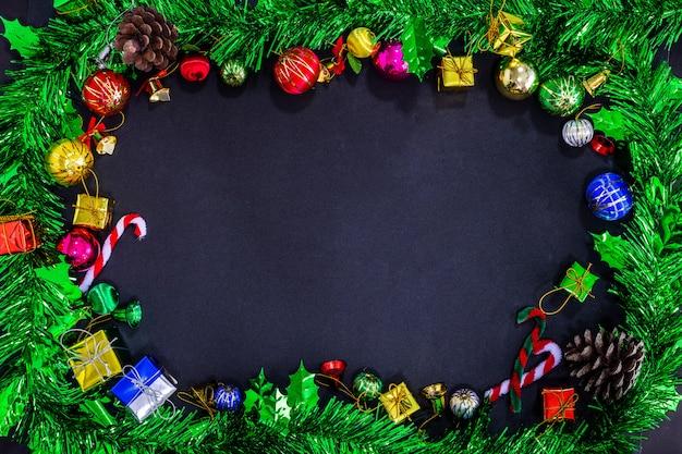 Kerstmis feestelijke decoratie met leeg op zwarte achtergrond papier, nieuwjaar concept.