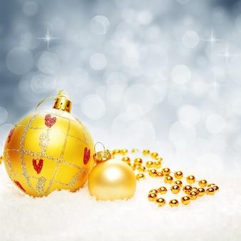 Kerstmis fonkelde bokeh-achtergrond met kerstballen en sneeuwvlok