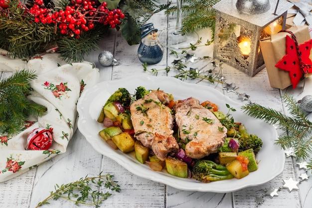 Kerstmis geroosterd varkensvlees met groenten