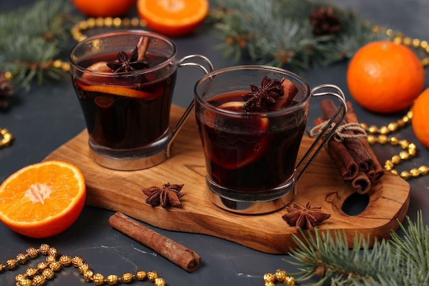 Kerstmis glühwein en mandarijnen op een donkere achtergrond