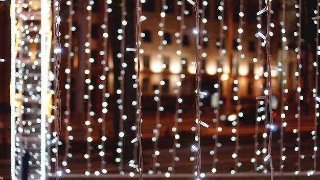 Kerstmis gouden achtergrond. gouden vakantie gloeiende achtergrond. intreepupil achtergrond met knipperende sterren. wazig bokeh-gordijn