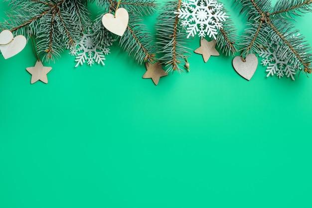 Kerstmis groene achtergrond met fir takken en speelgoed.