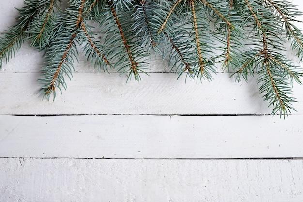 Kerstmis houten achtergrond met groene spartakken, exemplaarruimte