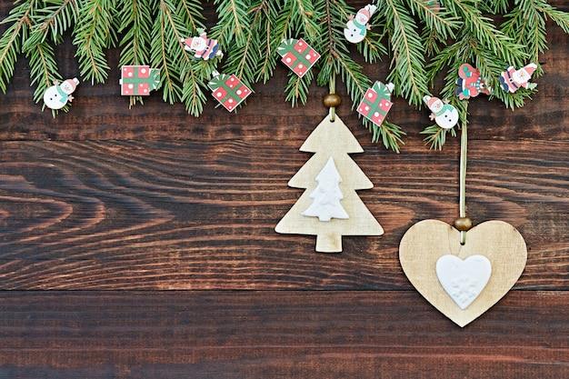 Kerstmis houten achtergrond met hart en kerstboom. nieuwjaar. kopie ruimte