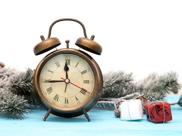 Kerstmis houten achtergrond met sneeuw fir tree, wekker en geschenkdozen.