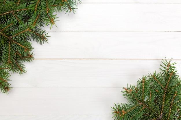 Kerstmis houten achtergrond met sparrenkader en exemplaarruimte. bovenaanzicht lege ruimte