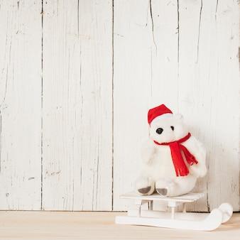 Kerstmis ijsbeer met slee en kopie ruimte