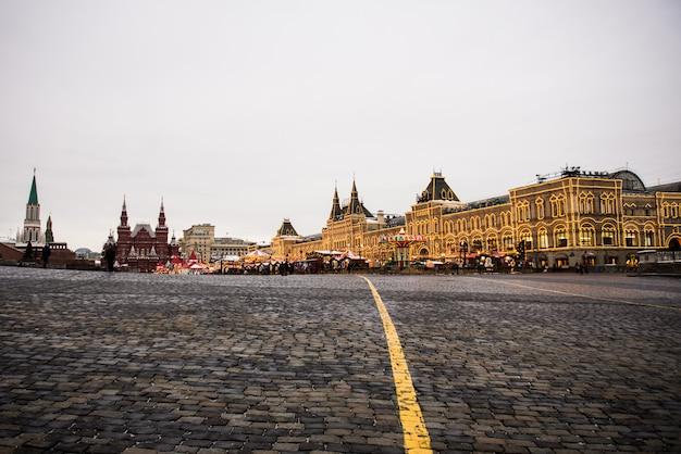 Kerstmis in moskou, rusland. het rode plein en het warenhuis van de staat van moskou bij nacht.