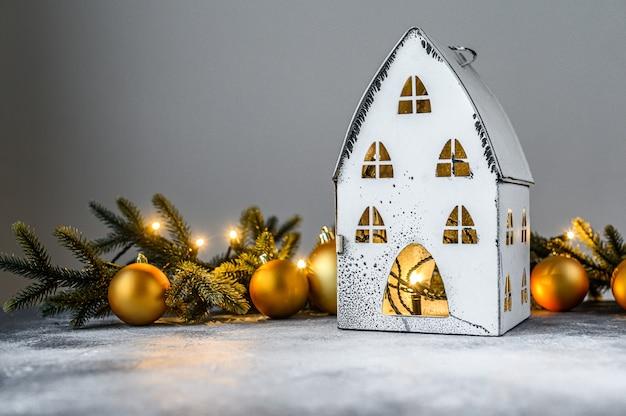 Kerstmis, kandelaarhuis met lichten, dennentakken en kerstmisspeelgoed. gelukkig nieuwjaar.