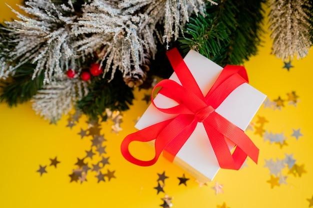 Kerstmis. kerst en nieuwjaar geschenkdoos en decoraties geïsoleerd op geel