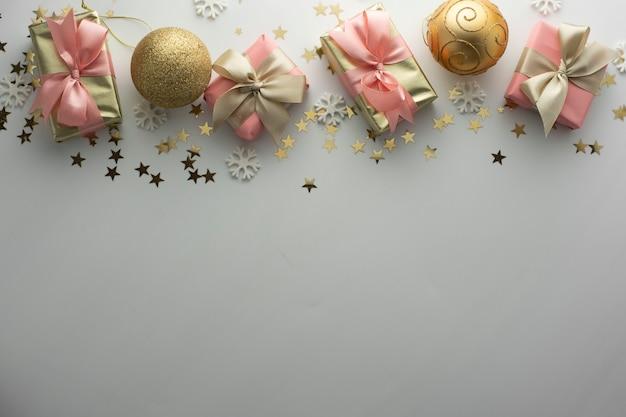 Kerstmis, kerstballen gouden geschenkdozen partij, verjaardag achtergrond. vier glanzende verrassing copyspace. creatieve plat lag bovenaanzicht.