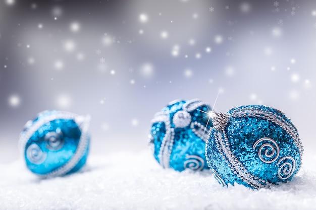 Kerstmis. kerstmis blauwe ballen sneeuw en ruimte abstracte achtergrond.
