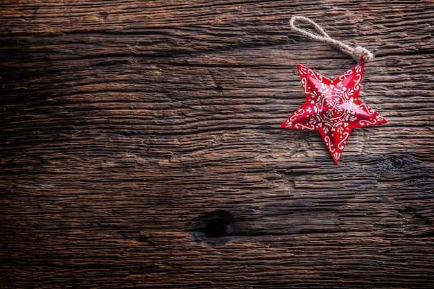 Kerstmis. kerstster op rustieke houten tafel.