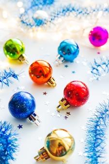 Kerstmis kleurrijke decoratieve ballen voor kerstboom.