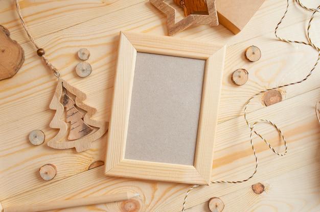 Kerstmis licht houten frame voor foto op een houten oppervlak