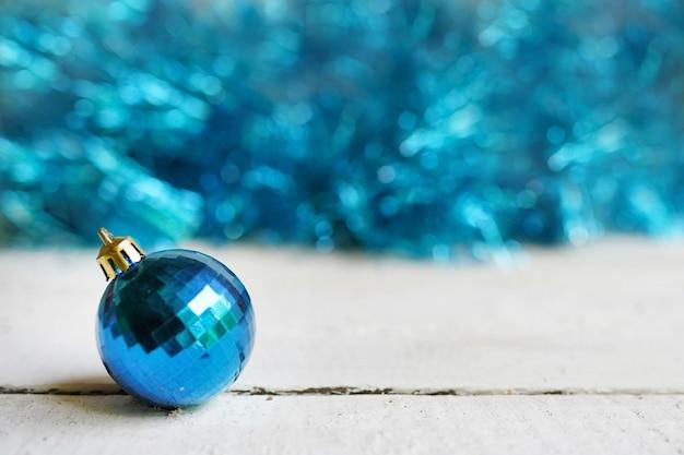 Kerstmis met blauwe speelgoedbal. vrolijk kerstfeest, wintervakantie, gelukkig nieuwjaar