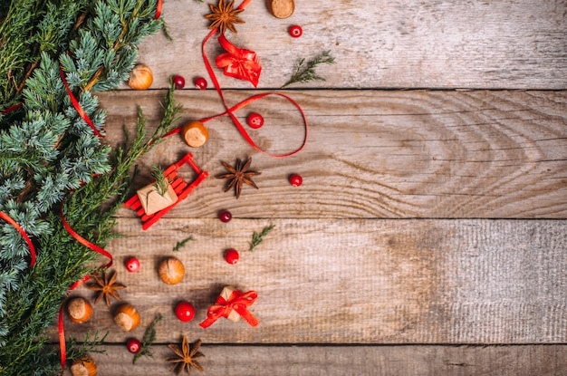 Kerstmis met decoraties en geschenkdozen op een houten bord.