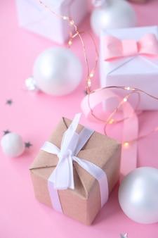 Kerstmis met decoraties en geschenkdozen op roze achtergrond