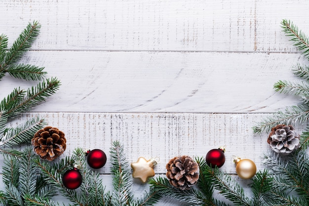 Kerstmis met dennentakken, dennenappels en bessen