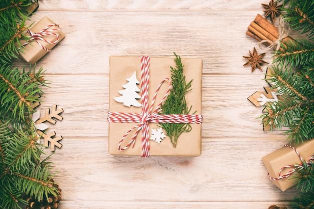 Kerstmis met fir tree en cadeau vak op vintage, houten tafel, bovenaanzicht