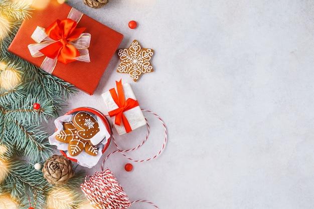 Kerstmis met peperkoekkoekjes en geschenkdozen