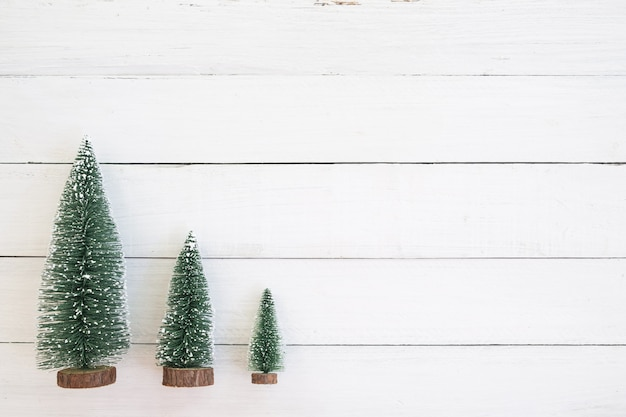 Kerstmis miniatuurboom, kerstmisdecoratie en ornament op witte houten achtergrond. vintage-stijl. bovenaanzicht.