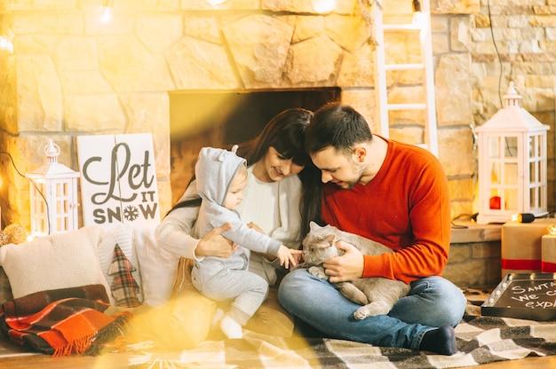 Kerstmis moeder vader zoon en kat