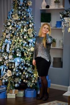 Kerstmis. mooie lachende vrouw. bedenken. gezond lang kapsel.