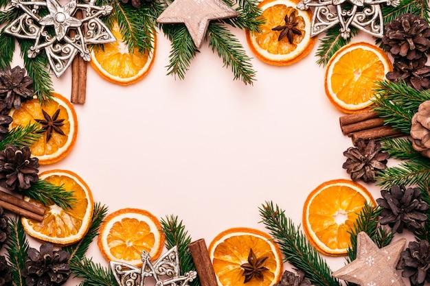 Kerstmis natuurlijk kader van droge sinaasappelenplakken, sparappel en takken