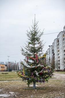 Kerstmis, nieuwe jaar groene boom versierd met glazen bollen in de stad riga