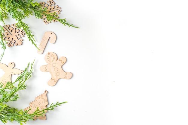 Kerstmis nieuwjaar achtergrond met handgemaakte houten eco fir tree decoraties, bovenaanzicht