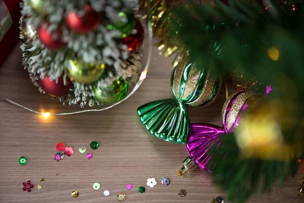Kerstmis, nieuwjaar. decoratieve kerstmis houten planken als achtergrond. vrije ruimte voor tekst