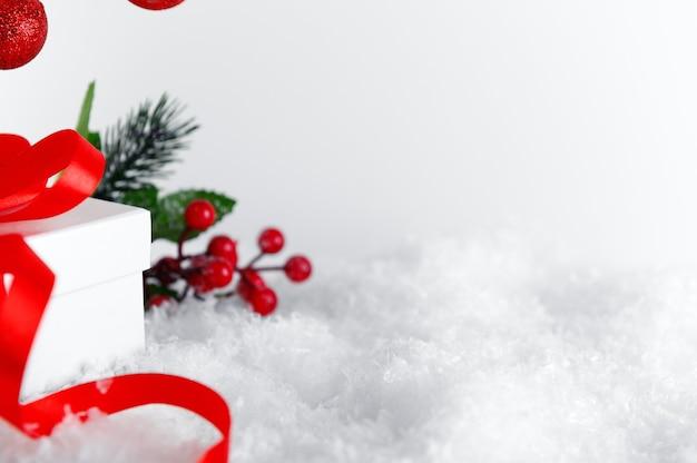 Kerstmis, nieuwjaar huidige close-up op sneeuw achtergrond.