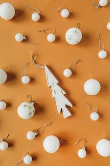 Kerstmis-nieuwjaar patroon met witte kerstballen, speelgoed fir-tree op gember