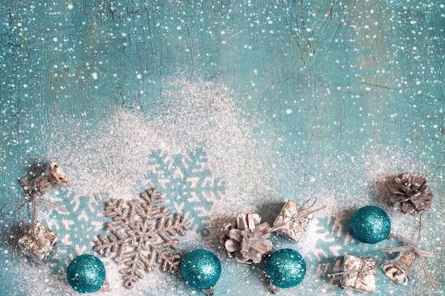 Kerstmis nieuwjaar turkooizen achtergrond met kerstspeelgoed, toning
