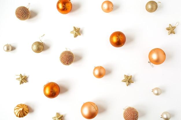 Kerstmis-nieuwjaarsamenstelling. kleurrijke kerstballen ballen en sterren patroon op wit