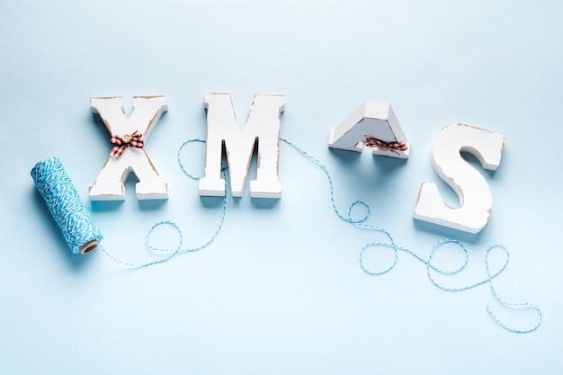 Kerstmis, nieuwjaarsdecoratie, bal, boom, brievenkerstmis met sneeuw op blauw. selectieve aandacht.