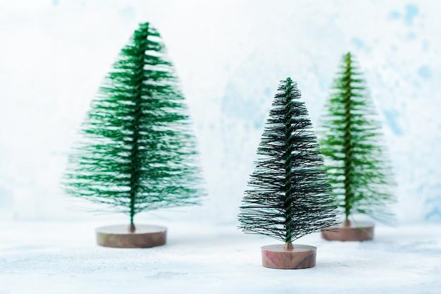 Kerstmis, nieuwjaarsdecoratie, boom met sneeuw op blauw. selectieve aandacht.
