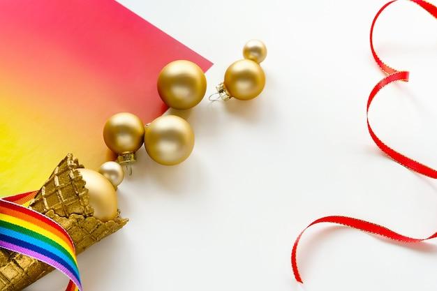 Kerstmis, nieuwjaarsversieringen in de kleuren van de regenboogvlag van de lgbtq-gemeenschap, boordmotief, panoramische groetbanner