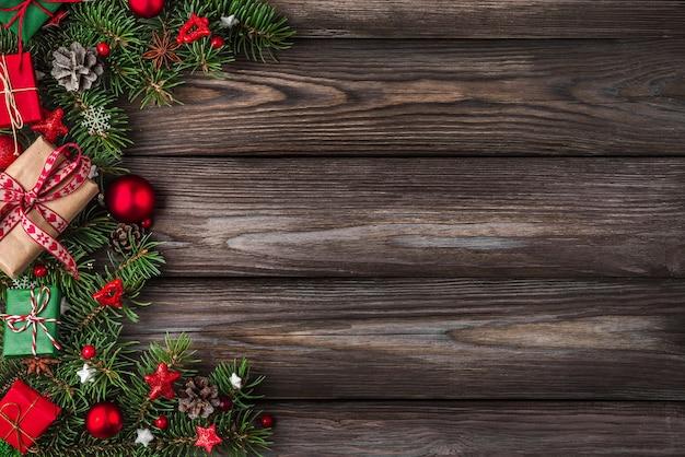 Kerstmis of gelukkig nieuwjaar achtergrond fir takken decoraties geschenkdozen en dennenappels