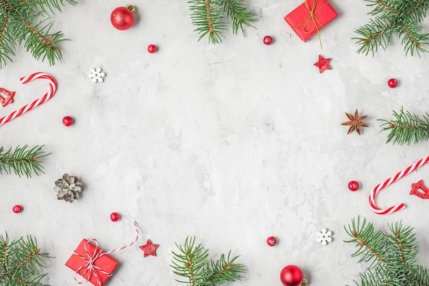 Kerstmis of gelukkig nieuwjaar achtergrond gemaakt van fir tree takken, decoraties voor de feestdagen, snoep