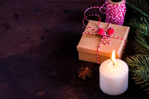 Kerstmis of nieuwjaar aanwezig, vintage geschenkdoos op donker, bovenaanzicht met kopie ruimte /