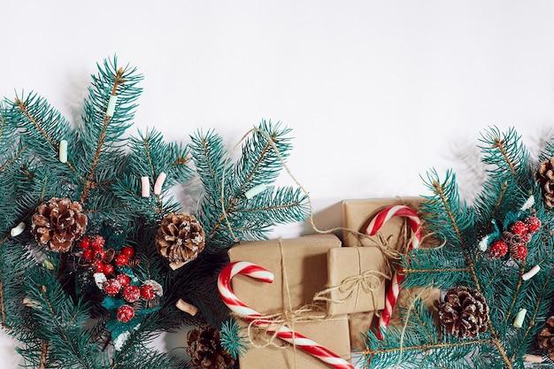 Kerstmis of nieuwjaar achtergrond furtree takken geschenken decoratie op een witte achtergrond