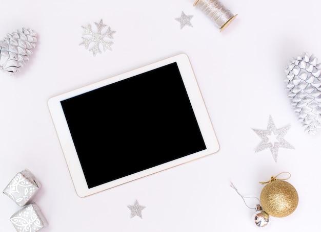 Kerstmis of nieuwjaar achtergrond ipad tablet gouden glazen bollen