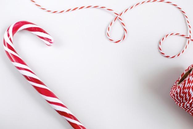 Kerstmis of nieuwjaar concept - snoep stokken en gedraaide rode en witte koord.