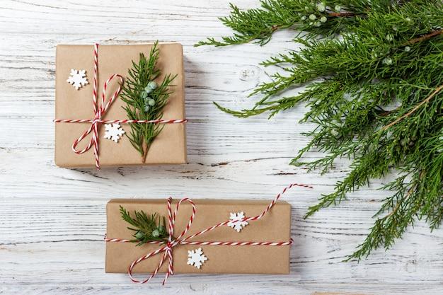 Kerstmis of nieuwjaar, eenvoudige compositie gemaakt van kerstversieringen en dennentakken, platliggend