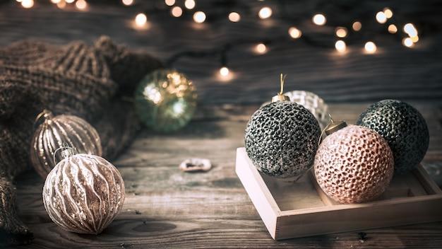 Kerstmis of nieuwjaar feestelijke achtergrond, vintage speelgoed op de kerstboom op een houten achtergrond met een slinger met verlichting