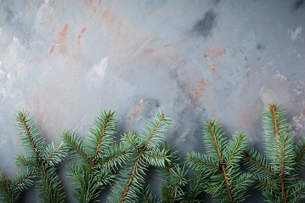 Kerstmis of nieuwjaar. grote tak van fit-boom met kegels, houten speelgoed en sneeuwvlokken.
