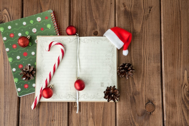 Kerstmis of nieuwjaar planning op houten. bereid je voor op de wintervakantie. bovenaanzicht, platliggend.
