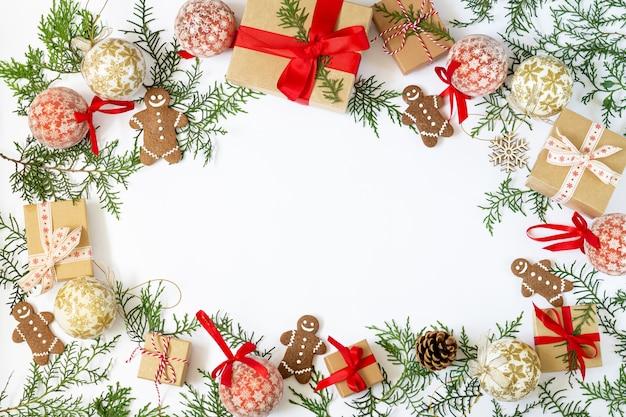 Kerstmis of nieuwjaar plat lag met winterdecoratie op witte achtergrond met kopie ruimte. vakantie en feest concept
